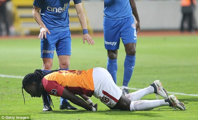 Bafetimbi Gomis faints