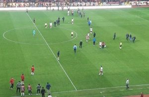 Eskisehir fans invade pitch during match against Altinordu