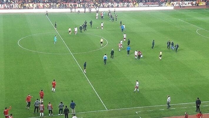 Eskisehir fans invade pitch during match against Altinordu