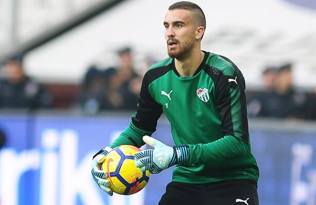 Bursaspor and Besiktas hold talks for goalkeeper Tekin