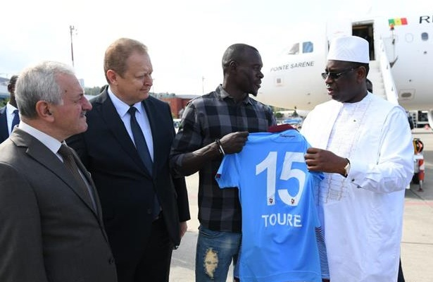 Senegal president gifted a Trabzonsor shirt