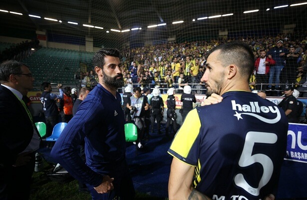 Fenerbahce president apologiez with players