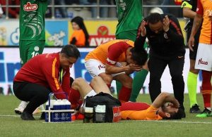 G.saray midfielder Emre Akbaba suffers broken leg