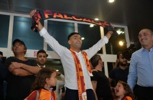 Falcao greeted by thousands of Galatasaray fans